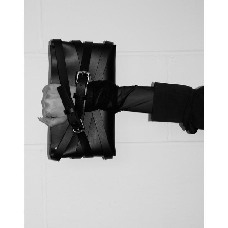 Pochette_Strap_Wrap_en_cuir_noir_Elf_Zhou_London